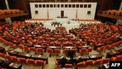 Türkiyə parlamentinə spiker seçildi