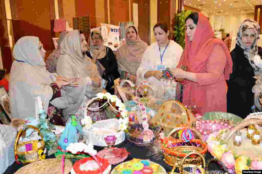خیبرپختونخواہ میں صنعت سے وابستہ خواتین نے پشاور میں دو روزہ صنعتی نمائشں کا اہتمام کیا گیا جو کہ بدھ کی شام اختتام پذیر ہوا۔