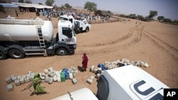 Magari ya UN yakisambaza msaada wa maji huko Darfur