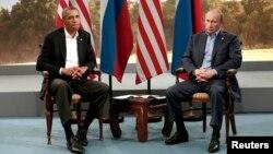 """""""Katta sakkizlik"""" sammiti doirasida AQSh prezidenti Barak Obama (chapda) va Rossiya rahbari Vladimir Putin o'zaro muloqot o'tkazdi, 17-iyun, 2013-yil."""