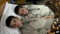 شعیب و رشید دو برادر پاکستانی که در روز سلامت و در شب فلج می گردند