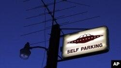 Une panneau de stationnement montrant une soucoupe volante au Little A'Le'Inn proche de la Zone 51 à Rachel, Nevada, le 10 avril 2002.