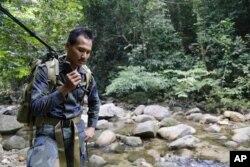 Seorang anggota tim penyelamat dalam operasi pencarian remaja Inggris yang dilaporkan hilang di sebuah hutan di Seremban, Negeri Sembilan, Malaysia, 8 Agustus 2019.
