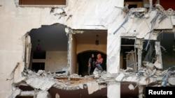 以色列空襲炸毀一座居民樓。(路透社圖片)