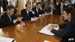 Bộ trưởng Tài chính Pháp Francois Baroin, phải, lắng nghe Bộ trưởng Tài chính Mỹ Timothy Geithner, trái, trong cuộc hội đàm tại Marseille, Thứ Sáu, 9/9/2011