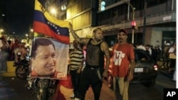 查韦斯的支持者在总统府外