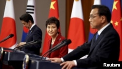 지난 1일 한국 청와대에서 리커창 중국 총리(오른쪽부터), 박근혜 한국 대통령, 아베 신조 일본 총리가 한일중 정상회담을 가진 후 공동 기자회견을 하고 있다.