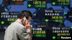 12일 세계 증시 상황을 보여주는 도쿄 증권거래소의 전광판, 중국의 경제 성장률 전망치를 낮춘 세계은행의 보고서와 미국의 연방준비제도가 양적 완화 정책을 끝낼 것이라는 전망으로 주요 증시가 일제히 하락했다.