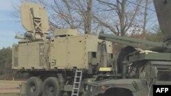 Kućište nesmrtonosnog elektromagnetnog tipa američkih Marinskih snaga, sa tanjirastom emisionom antenom na krovu