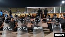 La police anti-émeute surveille la Ligue africaine des Champions au Caire, le 1er septembre 2012.