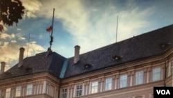 兹托霍文在自己的脸书网页上公布了悬挂红裤衩的抗议照片(美国之音白桦)