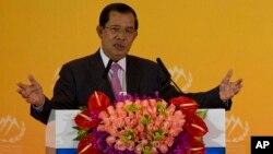 រូបឯកសារ៖ លោកនាយករដ្ឋមន្ត្រី ហ៊ុន សែន ថ្លែងនៅក្នុងសន្និសីទសន្តិសុខ Xiangshan Forum លើកទី៦ ទៅកាន់អ្នកវិភាគ មេដឹកនាំយោធាននិងមេដឹកនាំផ្សេងទៀតពីទូទាំងពិភពលោកដែលពិភាក្សាគ្នាអំពីសន្តិសុខនៅតំបន់អាស៊ីប៉ាស៊ីហ្វិក នៅទីក្រុងប៉េកាំង កាលពីថ្ងៃសុក្រទី១៦ ខែតុលា ឆ្នាំ២០១៥។ (AP Photo/Ng Han Guan)