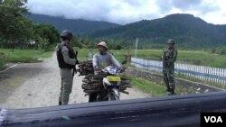 Seorang warga diperiksa di Pos Pemeriksaan TNI Polri di desa Tamadue, Lore Timur, Kabupaten Poso (foto: ilustrasi). Poso selama ini identik dengan daerah yang penuh kekerasan dan konflik.