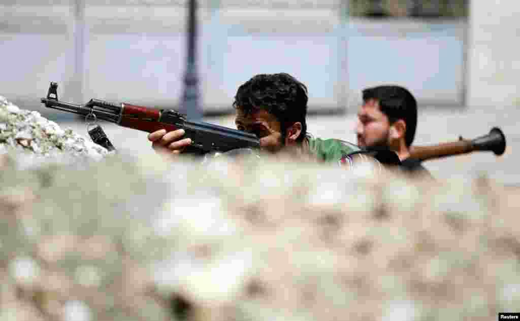 Rebeldes sírios barricados na sua praça forte de Aleppo
