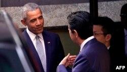 L'ancien président des Etats-Unis Barack Obama, avec le Premier ministre japonais, à Tokyo, le 25 mars 2018.