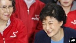 Bà Park Geun-hye (phải) tại trụ sở của Đảng Biên Cương Mới ở Seoul