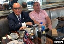 지난 9월 루돌프 줄리아니 전 뉴욕 시장과 우크라이나 출신 미국인 리브 파르나스 씨가 워싱턴 DC 트럼프 호텔에서 커피를 마시고 있다.