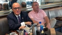 El abogado personal del presidente de Estados Unidos, Donald Trump, Rudy Giuliani, toma un café con el empresario ucraniano-estadounidense Lev Parnas en el Trump International Hotel en Washington, 20 de septiembre de 2019. REUTERS / Aram Roston.