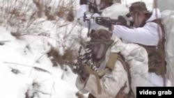 南韓和美國海軍陸戰隊在南韓平昌進行了一年一度的冬季軍事訓練,在雪地射擊。(視頻截圖)