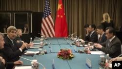 美国国务卿克里和中国外长王毅利用亚太峰会的机会举行会谈(2014年11月7日)