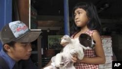 Dokter hewan di desa Kebon Kaja, Kabupaten Bangli, Bali, memberikan suntikan rabies pada anjing. (Photo: AP)