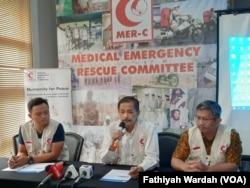 Pendiri MER-C Joserizal Jurnalis (tengah) sedang menjelaskan tentang pendirian rumah sakit di Rakhine, Myanmar dalam jumpa pers di kantornya di Jakarta, Jumat, 29 November 2019. (Foto: Fathiyah Wardah/VOA)
