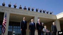 Tổng thống Barack Obama, cựu Tổng thống George W. Bush, cựu Tổng thống Bill Clinton, cựu Tổng thống George H. W Bush và cựu Tổng thống Jimmy Carter dự buổi lễ khánh thành Thư viện và Bảo tàng Tổng thống George W. Bush ở Dallas, 25/4/2013.