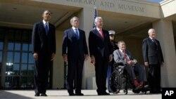 De izquierda a derecha, el presidente Obama, Bush (hijo), Clinton, Bush (padre), y Carter.