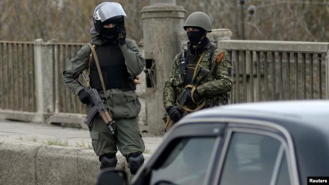 Các tay súng tại một chốt kiểm soát ở Slaviansk, ngày 12/4/2014.