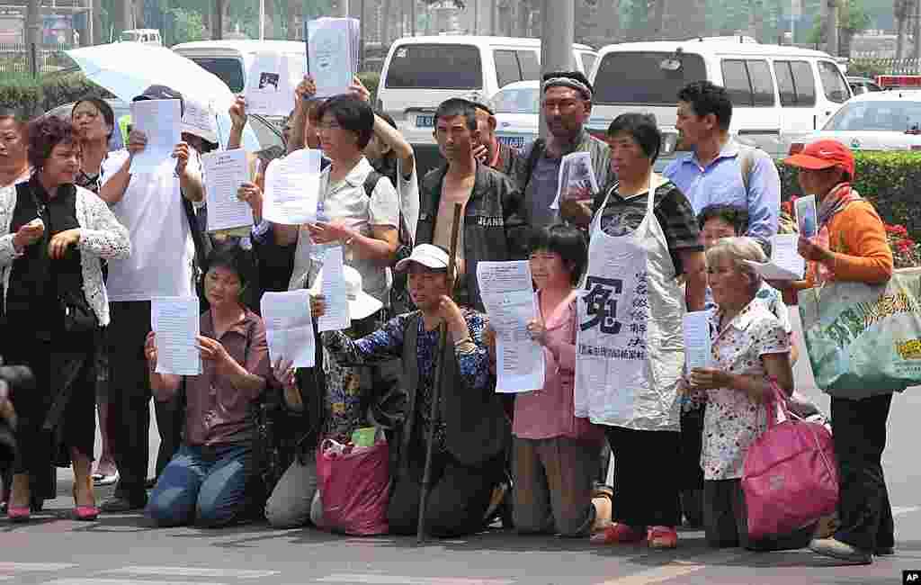 2009年5月25日在北京南站附近喊冤的上访人员