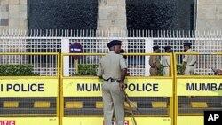 站在印度孟买泰姬玛哈酒店外的警察(资料照片)