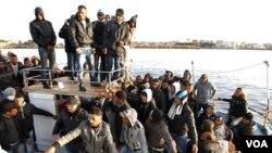 Las autoridades italianas enviarán barcos a Lampedusa para trasladar a miles de refugiados.