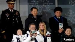 南韓總統文在寅(前左二)中國副總理劉延東(前右一)與美國總統川普的女兒伊萬卡(前右二)星期天出席平昌冬季奧運會閉幕式。