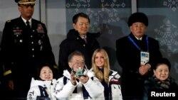 اولمپکس کی اختتامی تقریب شمالی کوریا اور امریکہ کے وفود نے اسٹیڈیم کے اس حصے میں ایک ساتھ بیٹھ کر دیکھی تھی جو اہم ترین مہمان شخصیات کے لیے مخصوص کیا گیا تھا۔