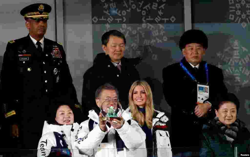 ایوانکا ترامپ دختر و مشاور پرزیدنت ترامپ در کنار رئیس جمهوری کره جنوبی و کمی آنسوتر اعضای ارشد امنیتی کره شمالی در مراسم اختتامیه المپیک زمستانی.