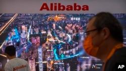 Booth Alibaba pada Pameran Dagang Internasional (CIFTIS) di Beijing, Jumat, 3 September 2021. (AP Photo/Mark Schiefelbein)