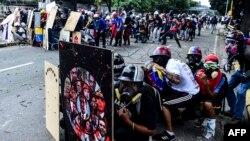'Yan adawa sun fake a bayan wani allo yayin da suke artabu da 'yan sanda a lokacin boren nuna adawa da shirin shugaba Nicolas Maduro na kfa wata majalisa a birnin Caracas, ranar 22 ga watan Yuli 2017.