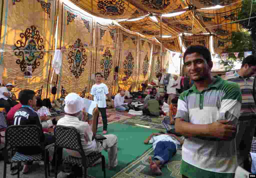 15 yaşlı Əbdürrəhman Üsama artıq bir aydır çadır şəhərciyində yaşayır