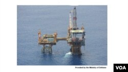 """中国在东海""""日中中间线""""附近建造的16座油气田钻井平台(图片由日本外务省提供)"""