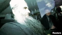 Foto tertanggal 17/4/2012 ini memperlihatkan Abu Qatada di dalam mobil usai menghadiri persidangannya di London.