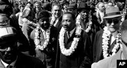 Martin Luther King mlađi sa ljudima koji se bore za građanska prava prelazi most Edmunda Pettusa, Selma, Alabama, 21. marta 1965. godine.