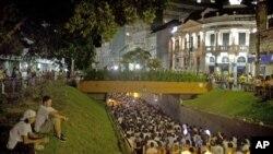 民眾星期一在巴西聖瑪麗亞悼念星期天在夜總會大火中遇難的死難者