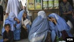 Para perempuan Afghanistan sedang menunggu transportasi di ibukota Kabul.