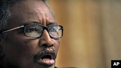 Abdurahman Mohamed Farole, president of Somalia's northern breakaway state of Puntland speaks in Apr 2009 at a press conference in Nairobi (file photo)