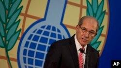 아흐메트 우줌쿠 유엔 화학무기금기지구 사무총장이 지난 9일 네덜란드 헤이그에서 가진 기자회견에서 시리아 화학무기 폐기 작업에 대해 설명하고 있다.