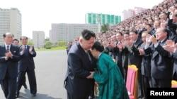 Le leader nord-coréen Kim Jong-Un lors d'une séance de photos avec les participants au septième Congrès du PTC (photo non datée fournie par KCNA le 13 mai 2016). KCNA / via Reuters