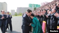 북한 김정은 노동당 위원장이 7차 당 대회 참가자들과 기념사진을 촬영하며 격려했다고 관영 조선중앙통신이 13일 전했다.