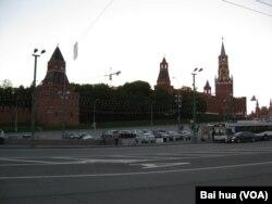 涅姆佐夫在克里姆林宫旁的这座大桥上遇害 (美国之音白桦拍摄)