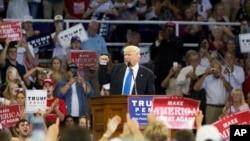 ຜູ້ສະໝັກປະທານາທິບໍດີຂອງພັກຣີພັບບລີກັນ ທ່ານ Donald Trump ກ່າວຄຳປາໄສ ທີ່ບ່ອນໂຄສະນາຫາສຽງຂອງທ່ານ ທີ່ ມະຫາວິທະຍາໄລ High Point ລັດ North Carolina. (20 ກັນຍາ 2016)