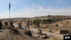 Petugas keamanan Afghanistan memblokir sebuah jalan menuju lokasi serangan Taliban Afghanistan di Gereshk, Provinsi Helmand (9/3).